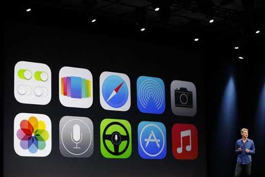 Apple n'a visiblement pas véritablement su tirer la leçon du fiasco de Plans l'année dernière. iOS 7 est truffé de petits soucis qui polluent l'expérience des utilisateurs. Est-ce que, à l'instar de Plans en 2012, Apple a précipité la sortie d'iOS 7 avant cette nouvelle version de son système d'exploitation mobile ne soit véritablement opérationnel ? C'est ce que laisse de plus en plus penser l'accumulation de soucis qui pollue l'expérience des utilisateurs. En effet, que cela soit des petits soucis ou des gros soucis, la liste est longue… Que cela soit l'autonomie de la batterie qui souffre du passage à iOS 7, les failles de sécurité touchant l'écran de verrouillage, iMessage qui n'envoie pas tous les messages, le design qui donne des migraines à certains utilisateurs, etc. les forums regorgent de retour d'utilisateurs pas forcément satisfaits de l'expérience iOS 7. Ayant véritablement très bien fait les choses, Apple a également bloqué la possibilité que les utilisateurs insatisfaits puissent retourner à iOS 6.x. De fait, on pourrait bien se pose la question de l'image de qualité toujours affichée par Apple. En effet, depuis l'épisode de Plans, cette qualité semble peu à peu se détériorer, à qui la faute ? Certainement pas aux utilisateurs qui sont toujours aussi exigeants en fonction de ce qu'ils ont dû débourser pour un appareil estampillé de la célèbre pomme. Est-ce que le problème ne serait pas plutôt la pression de la concurrence ? Cela semble plus vraisemblable maintenant qu'Apple ne fait plus véritablement office de leader, mais plutôt de suiveur… il faut arriver à suivre le rythme fou imposé par les concurrents, Samsung en tête !