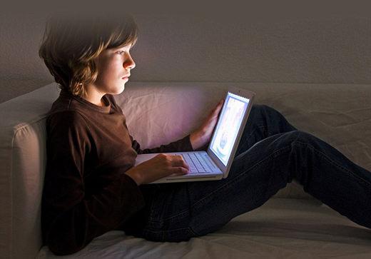 D'après les statistiques, 53% des jeunes de 15 à 24 ans ont déjà surfé sur un site pornographique.