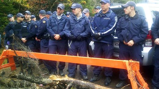 Les policiers lors de la manifestations à Rexton, au Nouveau-Brunswick.