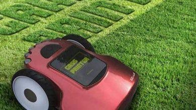 Le robot tondeuse dessine sur la pelouse