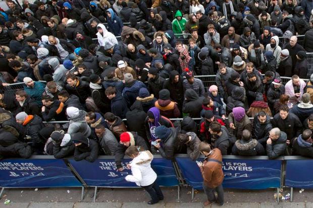 La file d'attente à Paris devant le Sony Store ce vendredi