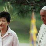 La Présidente Park Geun-hye et le pape François à leur arrivée au Palais présidentiel.
