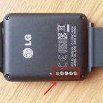 Un dépôt déplaisant sur les connecteurs de LG G Watch.