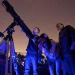 Des férus d'astronomie à la Nuit des étoiles, en 2013 à Paris.