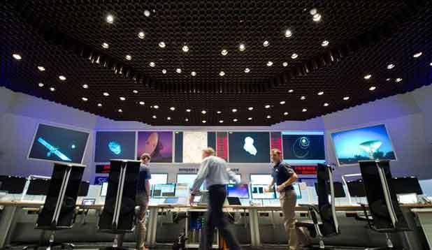Une équipe de scientifiques suivent la trajectoire de la sonde spatiale européenne Rosetta, le 6 août 2014 à Darmstadt, en Allemagne.