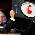 Marc Abrahams, maître de cérémonie de ces «Anti-Nobels», montre le trophée qui récompense les lauréats 2014.