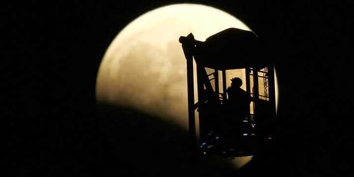 Au Japon, un homme a profité de la sublime vue offerte par la grande roue de Tokyo pour regarder le ciel.