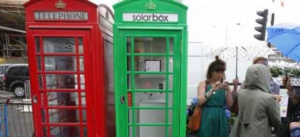 L'ancienne et la nouvelle cabine téléphonique londonienne.
