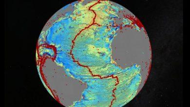 Carte des fonds marins de l'Atlantique Nord, Les points rouges représentent les séismes > 5,5 sur l'échelle de Richter.