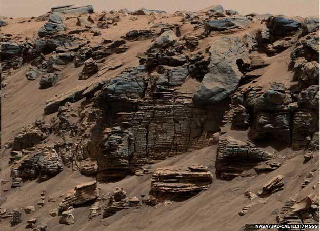 Curiosity a observé des rochers stratifiés spectaculaires, la conséquence de l'activité passée de l'eau.