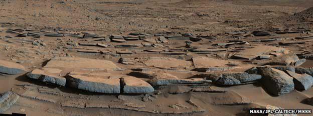 La stratification observée plonge systématiquement vers le centre du cratère, vers le Mont Sharp.