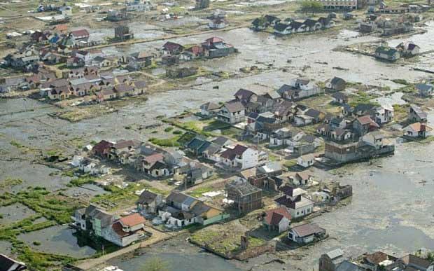 Maisons près de la capitale provinciale de Banda Aceh, en Indonésie. Six mois après le tsunami, elles étaient toujours entourées d'eau stagnante et de boue. Photo aérienne prise le 14 juin 2005.