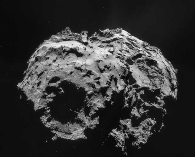 Mosaïque de la comète 67P/Churyumov-Gerasimenko prise le 2 décembre 2014 par la sonde Rosetta. La zone ombrée est le cratère où Philae est censée être. Crédit : ESA/Rosetta/NAVCAM – CC BY-SA 3.0 d'IGO.