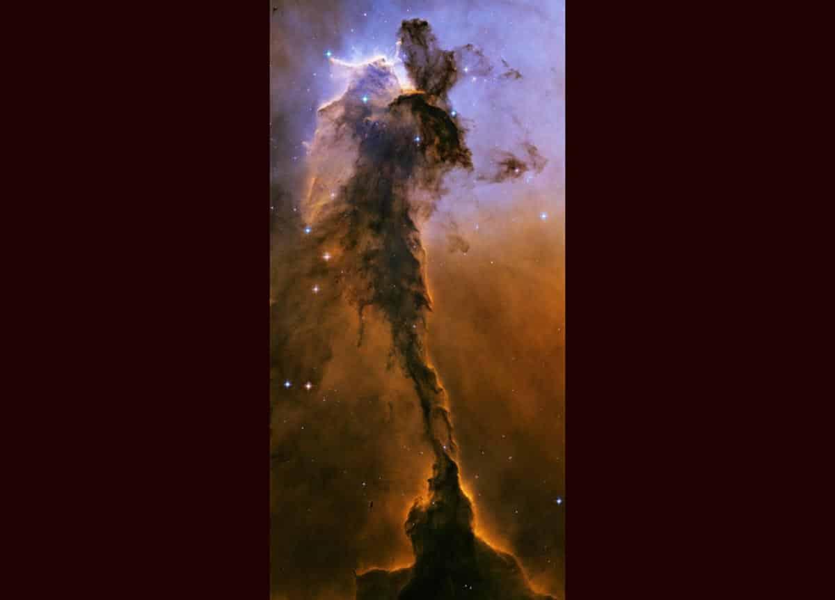 3. Cette créature ailée de contes de fées posée sur son piédestal est en fait une tour de gaz froid et de poussières qui s'élevait d'une pépinière stellaire appelée la nébuleuse de l'aigle. Sa taille est de 9,5 années-lumière, soit environ 90 billions de kilomètres d'altitude. (Photo : NASA/ESA/Hubble)