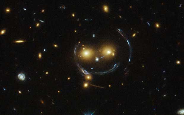 L'amas de galaxies SDSS J1038+4849 semble sourire (Photo: NASA)