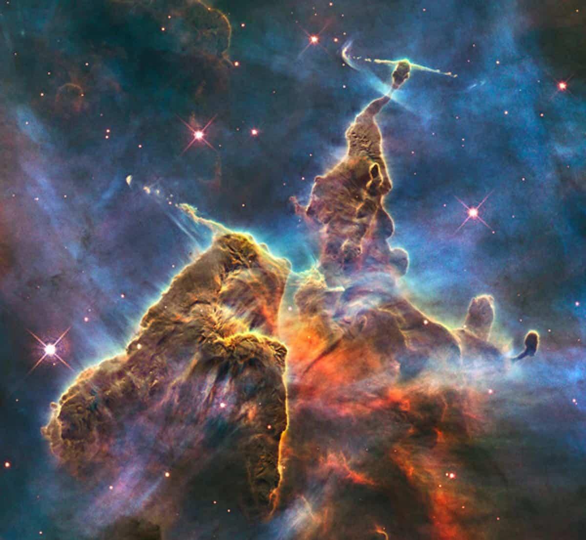 13. Cette image spectaculaire en forme de montagne escarpée représente l'activité chaotique d'une colonne de gaz et de poussière de trois années-lumière de haut. (Photo : NASA/ESA/Hubble)