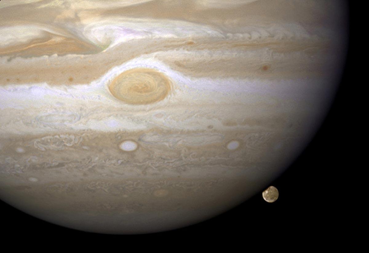 7. Jupiter qui jour avec Ganymède, une de ces lunes. Composée de roche et de glace, Ganymède est la plus grande lune de notre système solaire, elle est même plus grand que la planète Mercure. (Photo : ESA/Hubble/NASA/AFP/Getty Images)