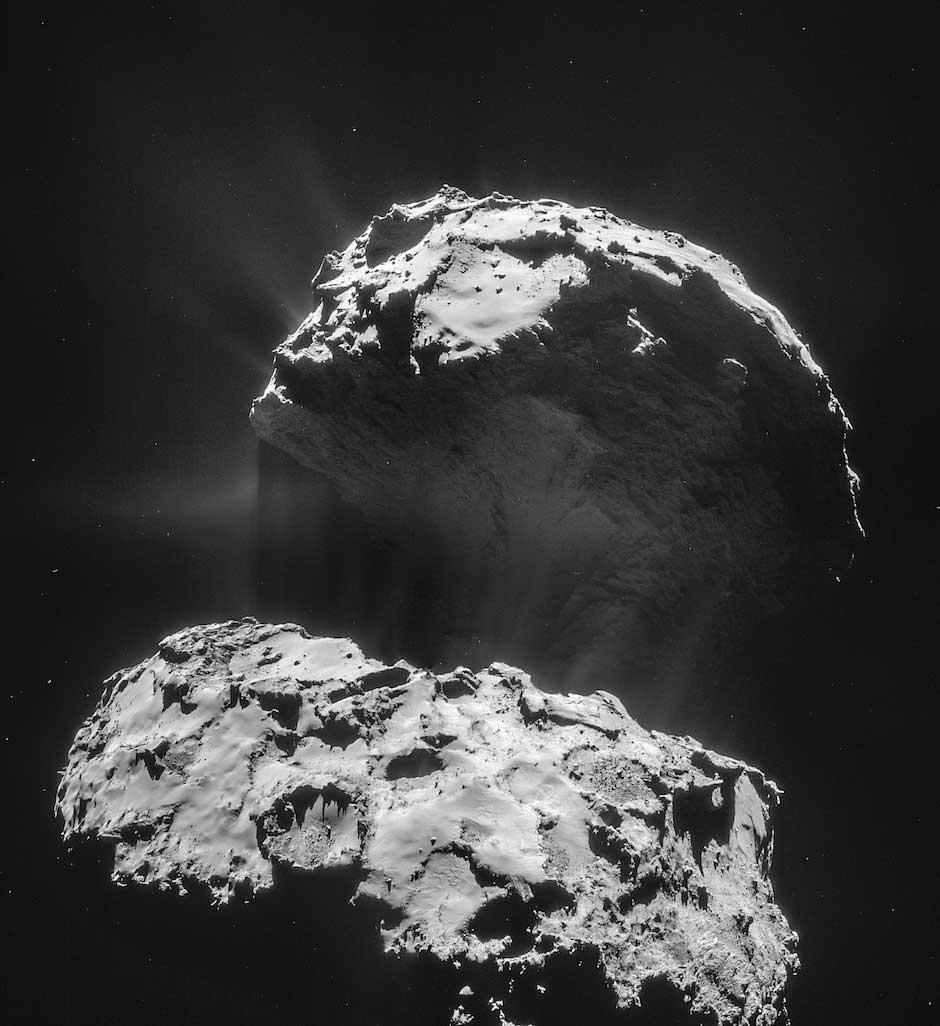 Panaches de gaz et de poussière apparaissent autour du noyau de la comète 67P. Image prise le 3 février à une distance de 28,7 km du centre de la comète. (Crédit : ESA/Rosetta/NAVCAM)