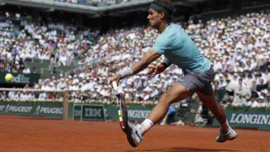 Rafael Nadal retourne une balle frappée par Novak Djokovic lors de la finale de Roland-Garros, le 8 juin 2014.