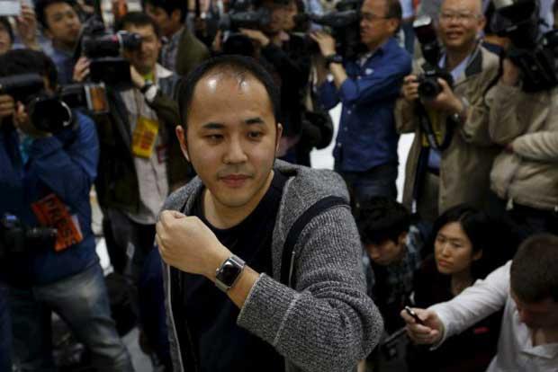 Yuichiro Masui, le premier client ce vendredi à se procurer l'Apple Watch dans un magasin du quartier Omotasando, à Tokyo.