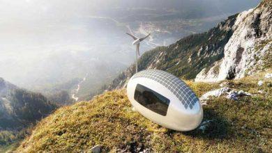 Alimentée par une éolienne et des panneaux solaires, cette caravane futuriste peut être installée dans la plupart des sites.