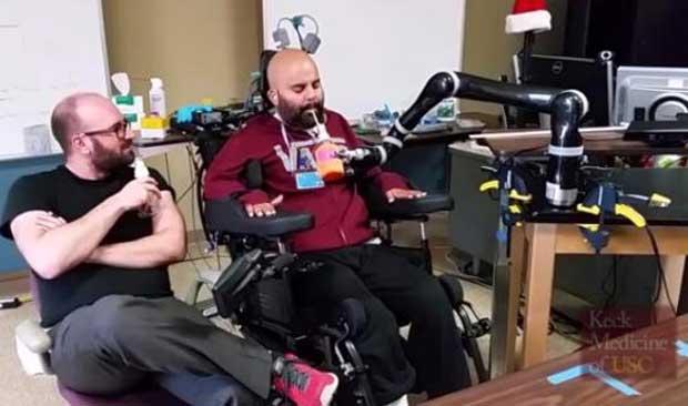 Un tétraplégique contrôle un bras artificiel par la pensée