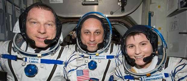 Les spationautes Terry Virts, Anton Chkaplerov et Samantha Cristoforetti, le 6 mai 2015.