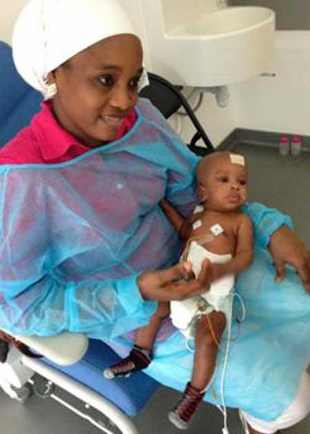 Fatoumata et l'un de ses bébés, quelques jours après l'opération.