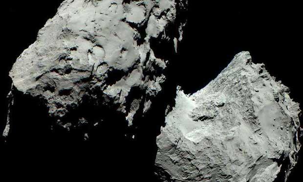Image couleur de la comète 67P/Churyumov-Gerasimenko prise par Rosetta. Elle montre les deux composants de la comète.
