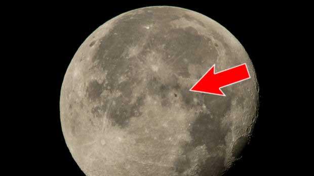 La SSI apparait comme un petit «Z» au milieu de la surface lunaire.