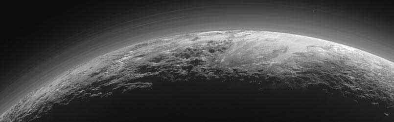 Le coucher de soleil sur Pluton capturé par New Horizons à 18.000 km de distance, représente une région de 1250 km de large.