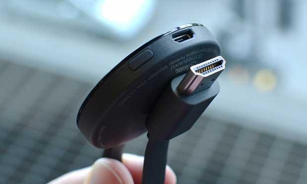 Le Chromecast se fixe simplement sur le câble HDMI grâce à un aimant. (The Guardian)