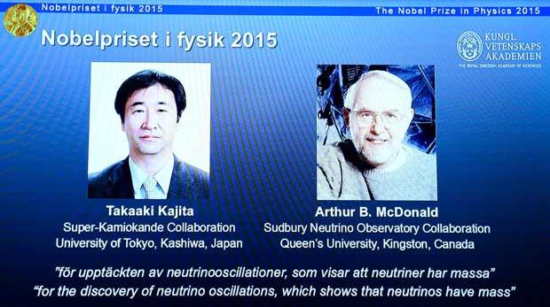 Les portraits des co-lauréats du prix Nobel de physique le Japonais Takaaki Kajita (g) et le Canadien, Arthur B McDonald, le 6 octobre 2015 à Stockholm.