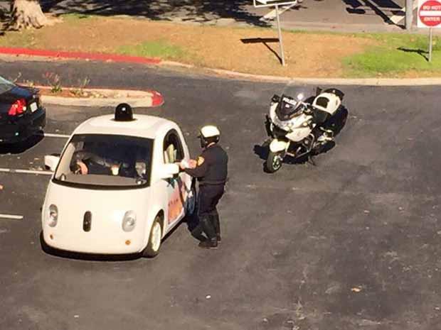 Un policier arrête Google Car pour excès de lenteur