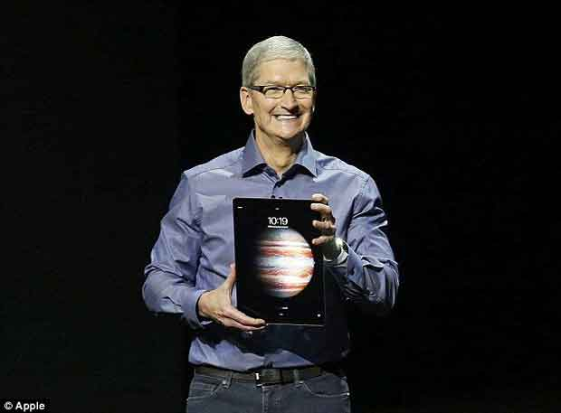L'iPad Pro entre les mains de Tim Cook lors de sa présentation.