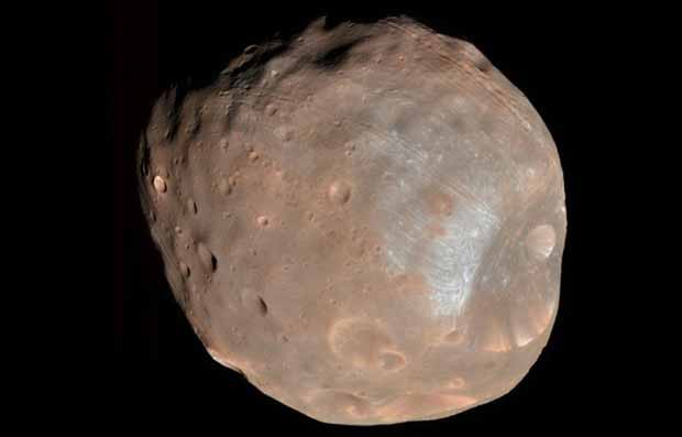 Phobos est l'une des deux lunes de Mars, avec Deimos.
