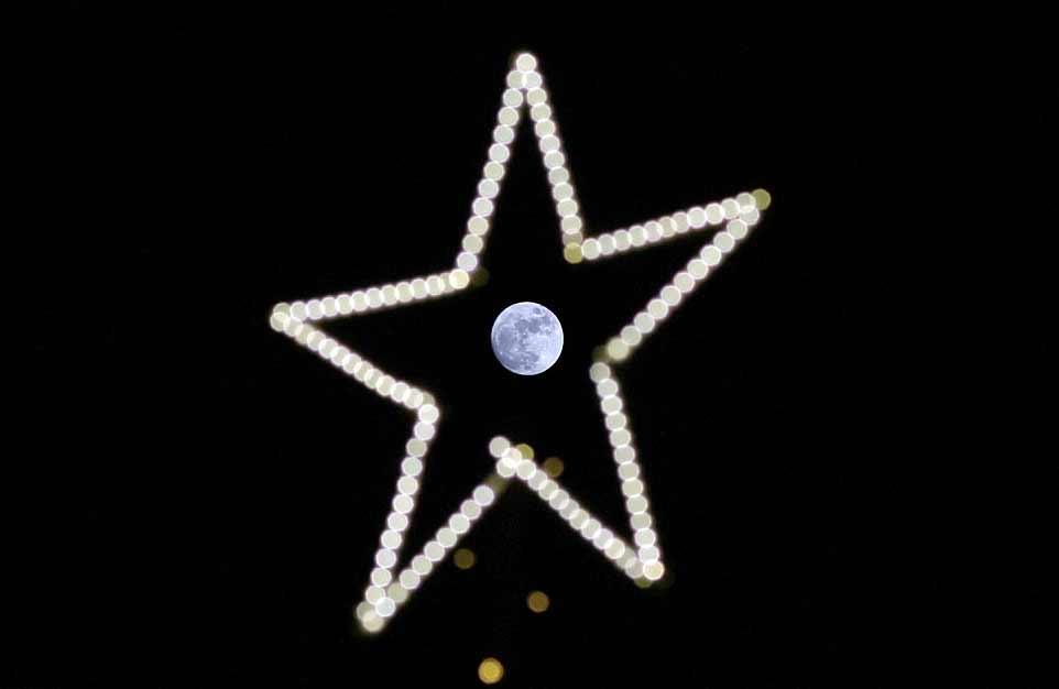 À Beyrouth, la pleine Lune vue à travers une étoile de décoration de Noël