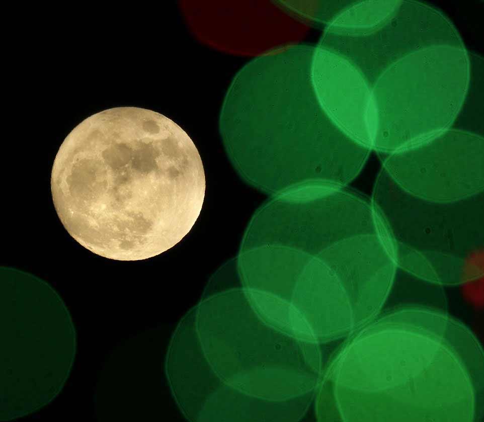 La lune vue à travers les éclairages de Noël au Kansas.