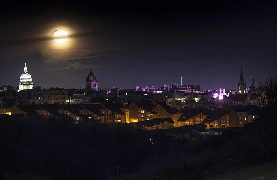 La pleine Lune au-dessus d'Édimbourg