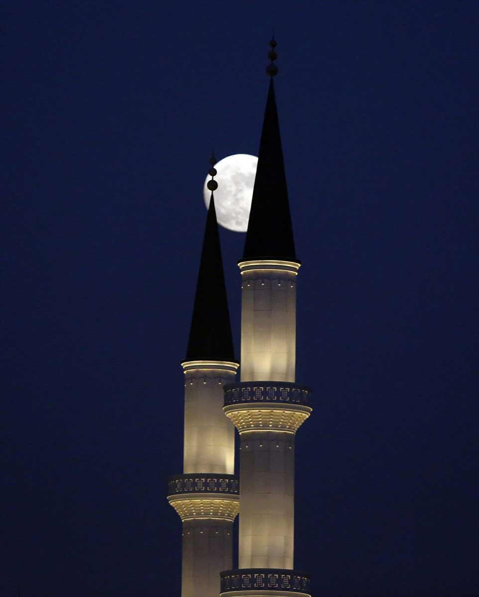 La pleine Lune observée au travers de la nouvelle mosquée du Palais présidentiel de la Turquie, à Ankara.