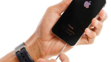Une Image d'un iPhone branché avec le câble du chargeur