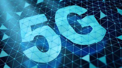 Symbole 5g et un réseau de cellules triangulaires sur un fond sombre. Rendu 3d.