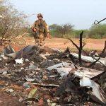 Un soldat français sur le lieu du crash du vol AH5017, à l'ouest de Gao, vendredi.