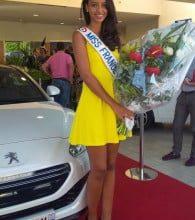 Photo de Miss France 2014 reçoit les clés de sa Peugeot RCZ