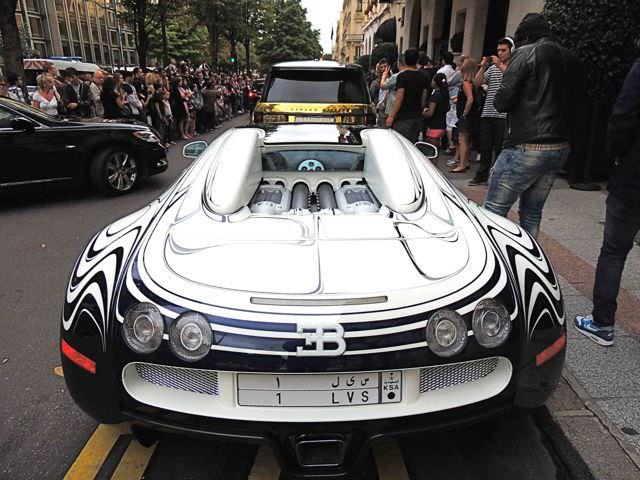 La Bugatti Veyron du prince saoudien en stationnement à Paris.