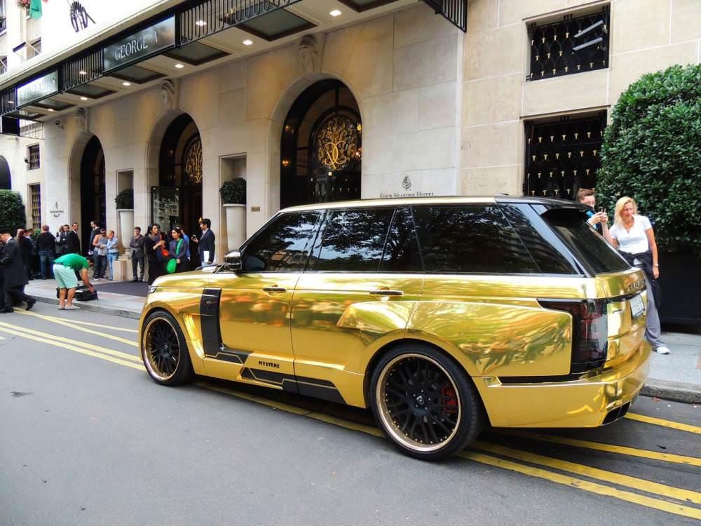 Le Range Rover préparé par Hamann devant l'hôtel où est descendu le prince saoudien.