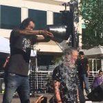 Tim Cook reçoit à son tour un seau d'eau glacée sur sa tête