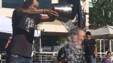 Photo de Tim Cook relève le défi du seau d'eau glacée sur la tête