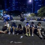 Des manifestants pro-démocratie consultent leur téléphone, à Hong Kong, le 29 septembre 2014.