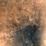 Cette image de la région martienne Syrtis Major a été acquise depuis une altitude de 7.300 kilomètres. Elle montre des détails de 376 mètres.
